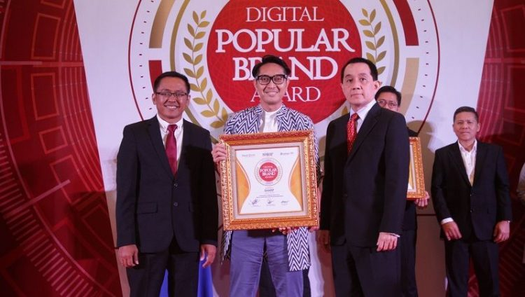 Penghargaan IDPBA 2019  diterima oleh Pandu Setio (PR & Brand  Communications Manager SEID). (Foto: Sharp)